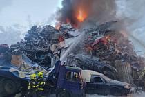 Na autovrakovišti v Ostravě opět hoří.
