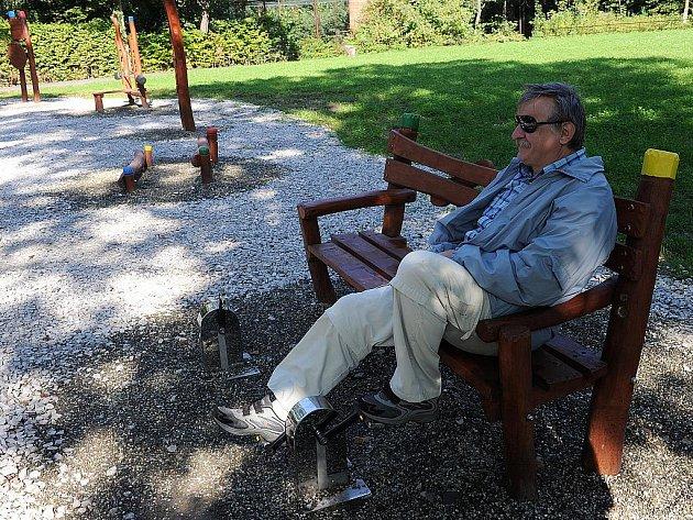V ostravské zoo je nový seniorpark s posilovnou pod širým nebem. Tady si člověk nejen posedí, ale protáhne si současně nohy.