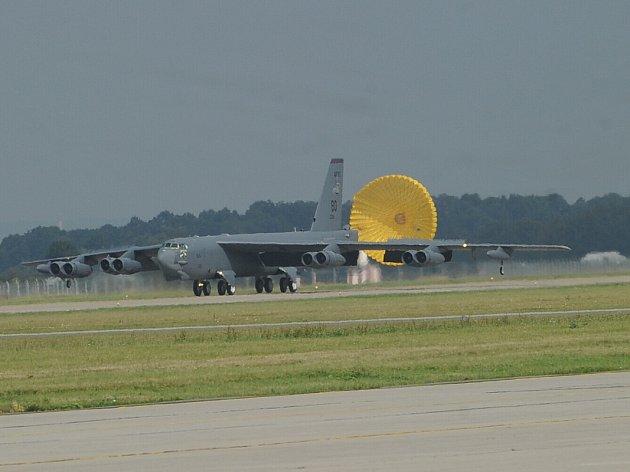 Dva legendární bombardéry B 52 přistály v úterý na Letišti Leoše Janáčka Ostrava. Obří stroje patří mezi největší atrakce letošního ročníku akce Dny NATO.