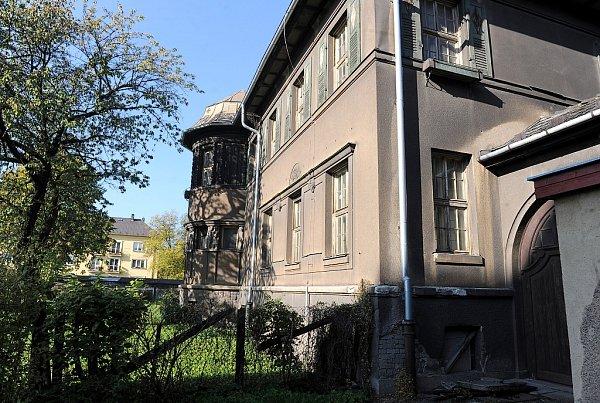 Vila Na Zapadlém vulici 28.října je na prodej. Vyvolávací cena čtyři miliony korun zahrnuje iinteriér smalbami, původním nábytkem, ale také zahradu storzem kašny a bazénu.