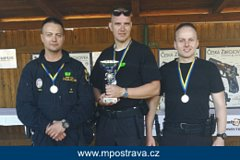 Strážníci (zleva) Oldřich Dunaj, Petr Vlček, Pavel Burda si vystříleli druhé a třetí místo.