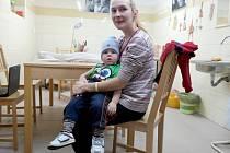 Monika Porubčanská se synem Matějem v prostorách Charity Ostrava.