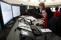 Na snímku redaktorka Deníku s jednou z dispečerek v centrálním sále integrovaného bezpečnostního střediska. Právě tady zvoní telefony všech tísňových linek.