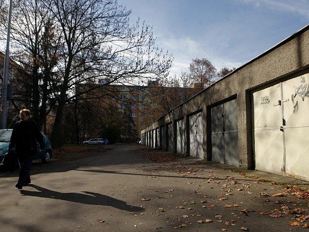 GARÁŽE U VOZOVNY. Právě o pozemky pod těmito garážemi mají zájem jejich vlastníci. Jejich žádostem ale nebylo vyhověno.