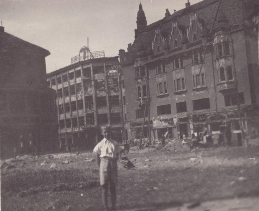 OSTRAVICA. Pohled od Divadla Antonína Dvořáka k Ostravici-Textilii. Ironií osudu je, že objekty v pozadí dnes vypadají téměř stejně jako tehdy. Památník dělníků v parčíku z druhé strany od dnešního náměstí Dr. E. Beneše byl převezen od Zárubku.