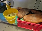 Plesnivé pečivo a zkažené maso, které potravinářská inspekce v závěru minulého týdne nalezla ve známé ostravské restauraci U Rady.