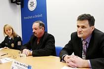 Kriminalisté Marian Ulehla (vlevo) a Pavel Václavík informovali o dopadení dvou údajných kuplířů.
