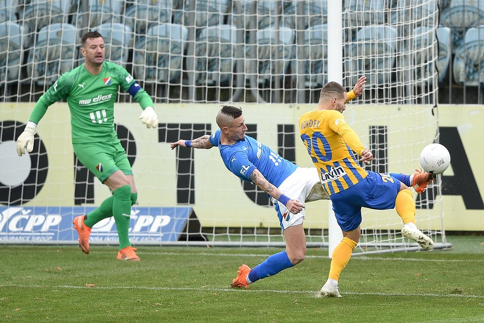 Utkání 10. kola první fotbalové ligy: SFC Opava - FC Baník Ostrava, 5. prosince 2020 v Opavě. (zleva) brankář Ostravy Jan Laštůvka, Jiří Fleišman z Ostravy a Karol Mondek z Opavy.