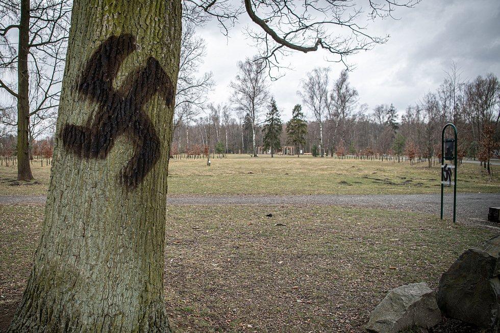 Vandal nasprejoval hákové kříže kde se dalo.
