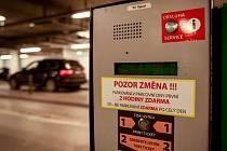 ZMĚNA. Takové oznámení vítá motoristy v podzemních garážích Nové Karoliny.
