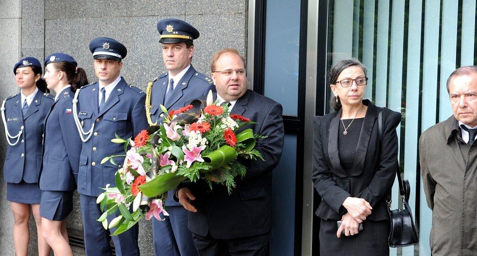Rozloučení s válečným hrdinou. Pohřeb generála Zdeňka Škarvady.