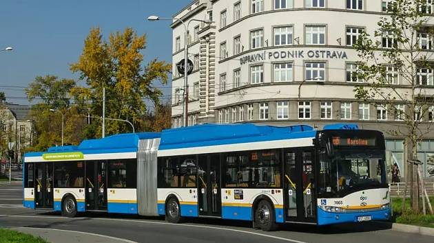 Autobus Solaris Urbino 18 CNG v barvách Dopravního podniku Ostrava.