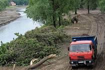 Květnová povodeň zaneřádila koryto řeky Ostravice natolik, že státní podnik Povodí Odry musel bezodkladně zahájit jeho čištění včetně úprav poškozených břehů.