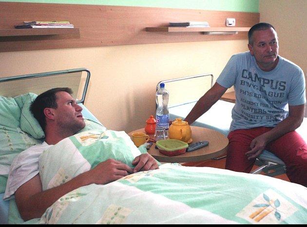 Hokejista Václav Varaďa s Doktorem J. Hustákem v klinice ORT-ART v Petřvaldě U Karviné