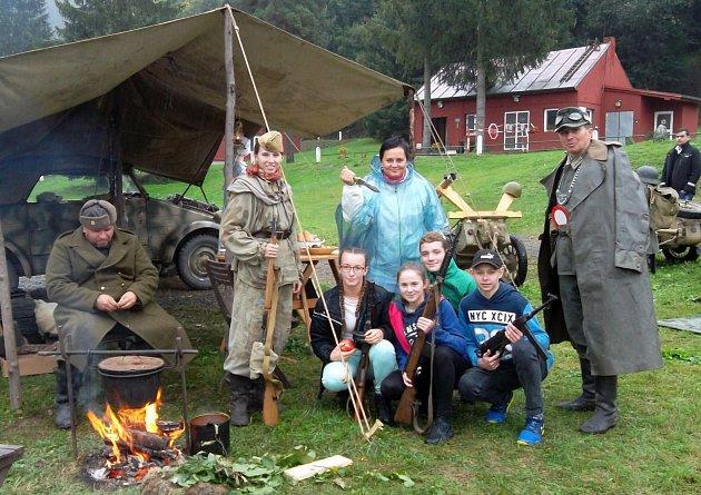 VYZBROJENÝ tým ze ZŠ Porubská 832 s učitelkou a členy klubů vojenské historie.