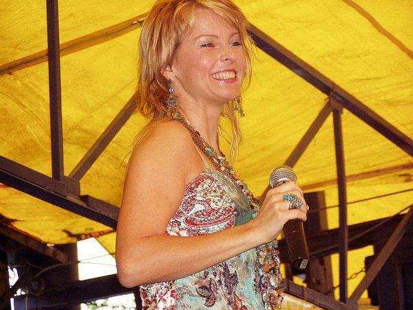 Iveta Bartošová na pouti vTěrlicku vneděli 28.srpna 2005.