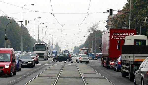 Frekventovanou křižovatku ulic 17.listopadu a Dr. Slabihoudka vtěsné blízkosti Nové auly VŠB-TUO a fakultní nemocnice vOstravě-Porubě budou od 15.listopadu řídit semafory.