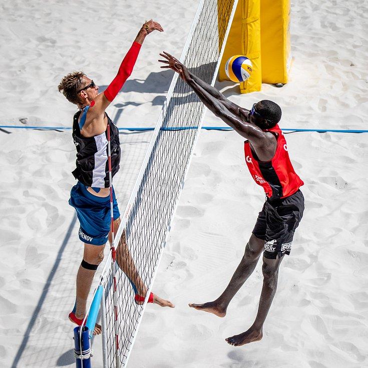 J&T Banka Ostrava Beach Open, 5. června 2021 v Ostravě. Konstantin Semenov (RUS) a Cherif Younousse (QAT).