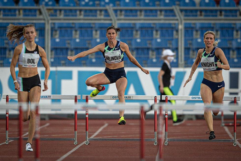 Zlatá tretra Ostrava - 59. ročník atletického mítinku, 8. září 2020 v Ostravě. Závodu žen na 300 metrů překážek (střed) Zuzana Hejnová.