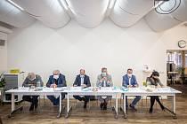 Debata Deníku, 25. září 2020 v Ostravě. (zleva) Petr Kajnar (ČSSD), Josek Babka (KSČM), Lukáš Curylo (KDU-ČSL), Ivo Vondrák (ANO), Jakub Unucka (ODS) a Zuzana Klusová (Piráti).