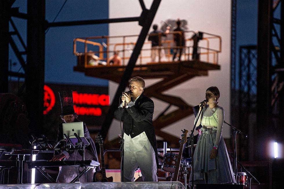 Vystoupení Cirku La Putyka, kterým začal komorní hudební festival NeFestival, 15. července 2020 v Ostravě.