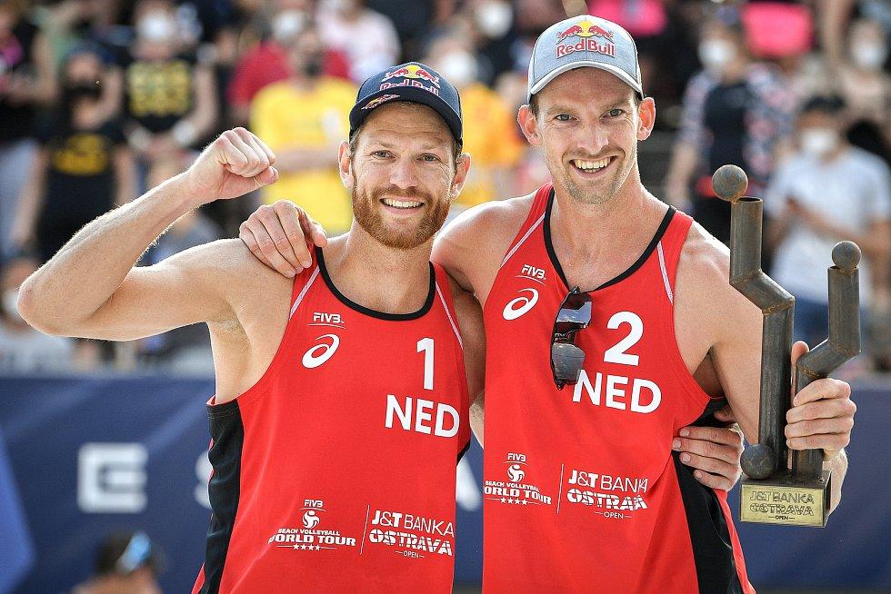 Turnaj Světového okruhu v plážovém volejbalu kategorie 4*, 6. června 2021 v Ostravě. Vítězná dvojice Robert Meeuwsen (vlevo), Alexander Brouwer z Nizozemska se raduje z vítězství.