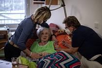 Přednostní očkování seniorů začala provázet řada lží a dezinformací. Klienti Domova pro seniory Kamenec byli  očkováni proti koronaviru vakcínou Moderna, snímek z 14. ledna 2021 v Ostravě.