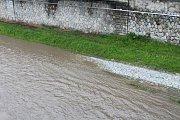 Rozvodněná řeka Ostravice v Ostravě, 23. května 2019.