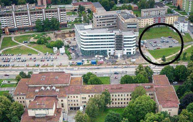 """Parkovací dům bude stát vmístě dnešního parkoviště mezi krajským úřadem a někdejším """"skeletem"""" (na snímku vpravo)."""