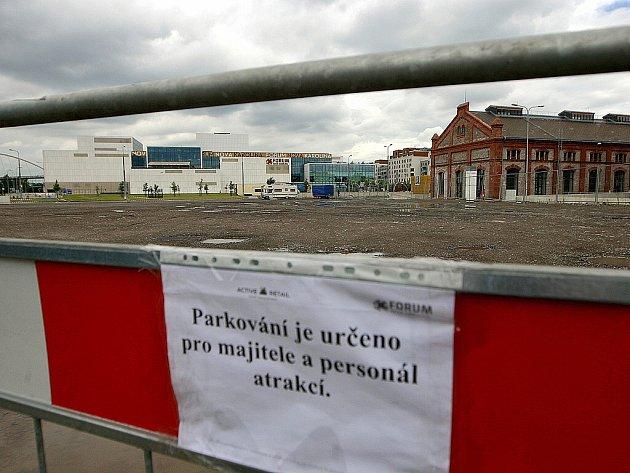 Parkoviště za obchodním centrem Forum Nová Karolina v centru Ostravy.