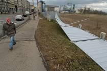 Vítr  vyvrátil část plechového oplocení areálu Karolina v centru Ostravy.