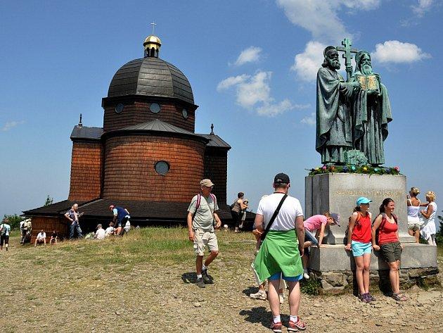 Poutníci a turisté před kaplí Cyrila a Metoděje na Radhošti. Ilustrační foto