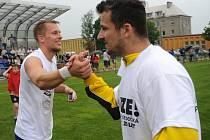 Hokejový útočník Ondrej Šedivý (vpravo) při oslavě postupu fotbalistů Bohumína do divize si plácá se záložníkem Richardem Vaclíkem.