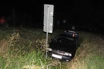 """Zdrogovaný řidič při policejní honičce """"zaparkoval"""" auto v příkopě. Za volant usedl, i když měl zákaz řízení."""