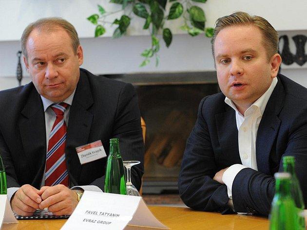 Generální ředitel vítkovického Evrazu Steel Zbyněk Kvapík a senior-viceprezident Evraz Group Pavel Tatyanin na čtvrteční tiskové konferenci.