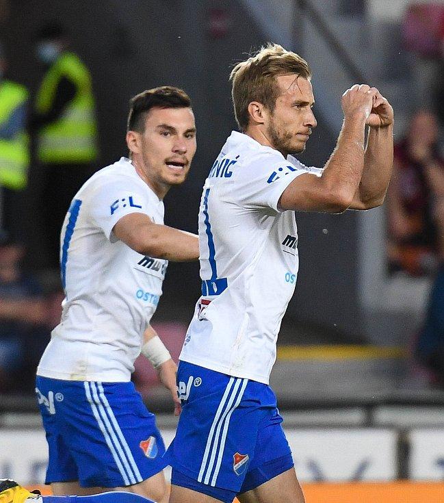Nemanja Kuzmanovič z Ostravy snižuje z penalty na 2:3, gratuluje Rudolf Reiter - FORTUNA:LIGA - Skupina o titul - 2. kolo, AC Sparta Praha - FC Baník Ostrava, 23. června 2020 v Praze.