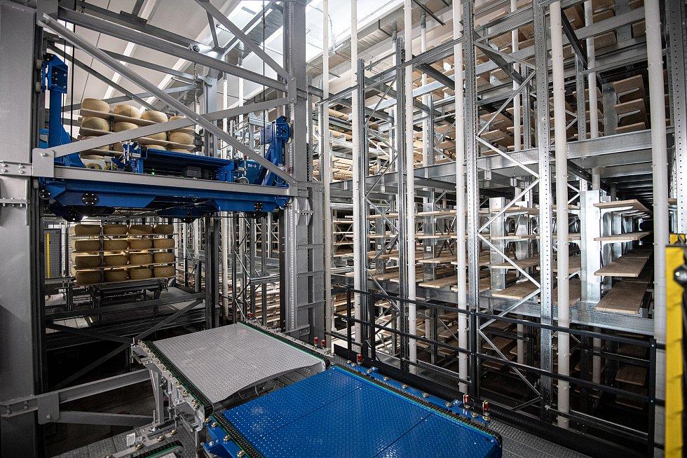 Robotizovaný sklad sklad sýrů společnosti Gran Moravia, 12. srpna 2021 v Cogollo del Cengio v provincii Vicenza, Benátsko, Itálie.