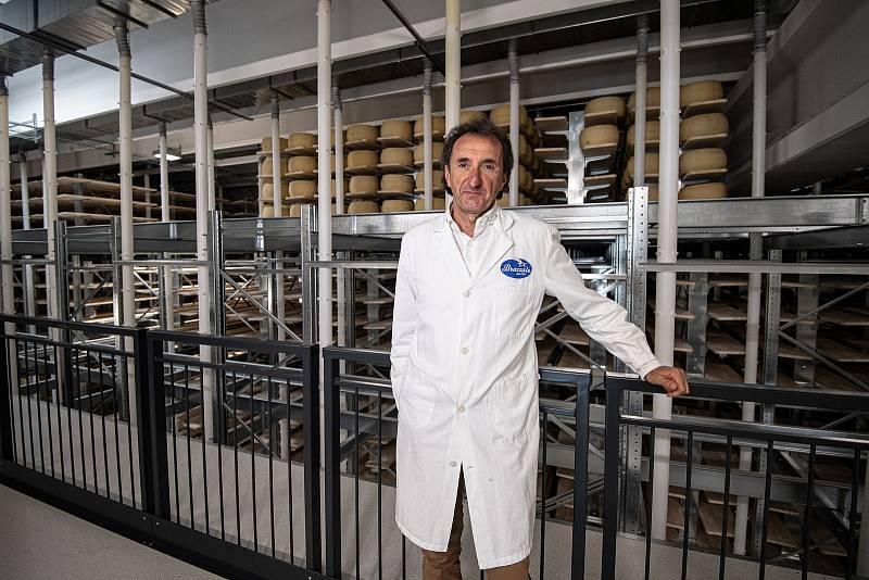 Robotizovaný sklad sklad sýrů společnosti Gran Moravia, 12. srpna 2021 v Cogollo del Cengio v provincii Vicenza, Benátsko, Itálie. Majitel společnosti Roberto Brazzale v novém skladu.