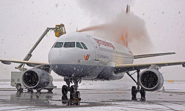 Nepříznivé přírodní podmínky. Ty určují, kdy se na Letišti Leoše Janáčka vMošnově musejí před odletem odmrazovat letadla.