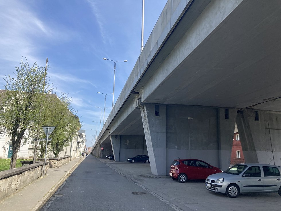 Mosty v Rudné ulici mezi ostravským městským stadionem a vlakovým nádražím Ostrava-Vítkovice čeká bourání a následná výstavba nových pilířů. Omezení potrvají dva roky. Stav v květnu 2021.