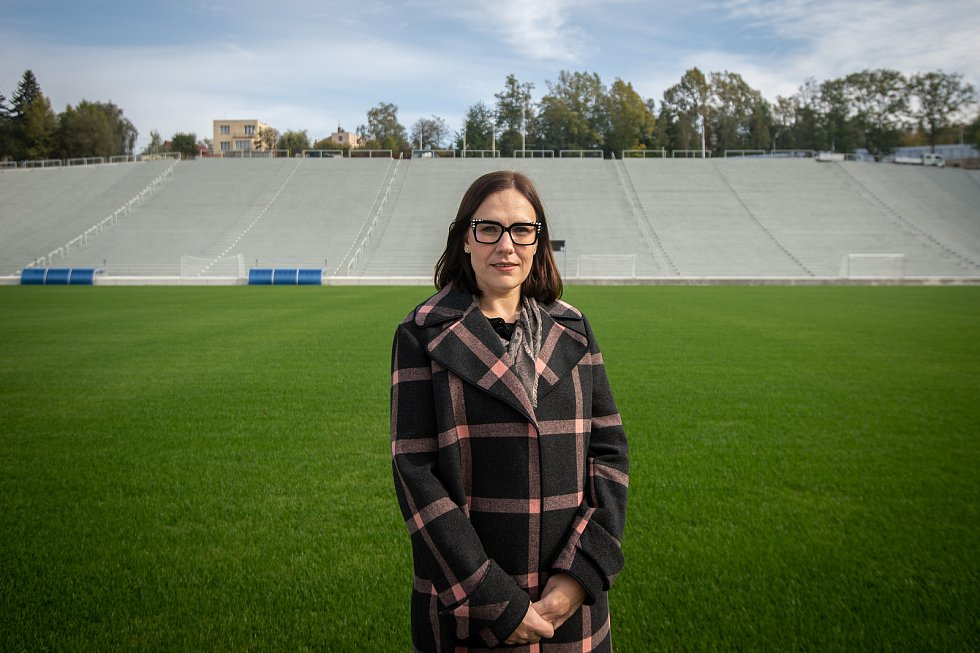 Stadion Bazaly těsně před dokončením, 7. října 2019 v Ostravě. Na snímku náměstkyně primátora (Česká pirátská strana) Andrea Hoffmannová.