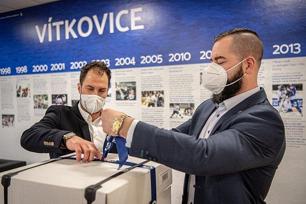 Hráči HC Vítkovice Ridera (Roman Polák a Zbyněk Irgl) připravují dárky pro FNO, 3.března 2021vOstravě.