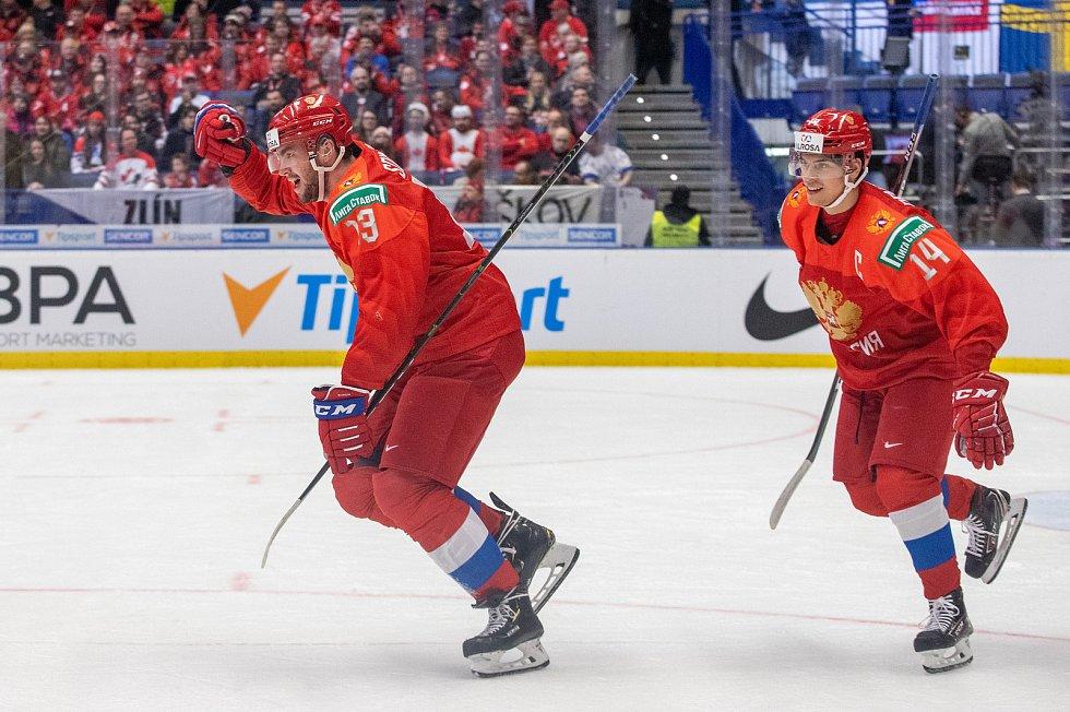 Mistrovství světa hokejistů do 20 let, semifinále: Švédsko - Rusko, 4. ledna 2020 v Ostravě. Na snímku (zleva) Yegor Sokolov (RUS), Grigori Denisenko (RUS).