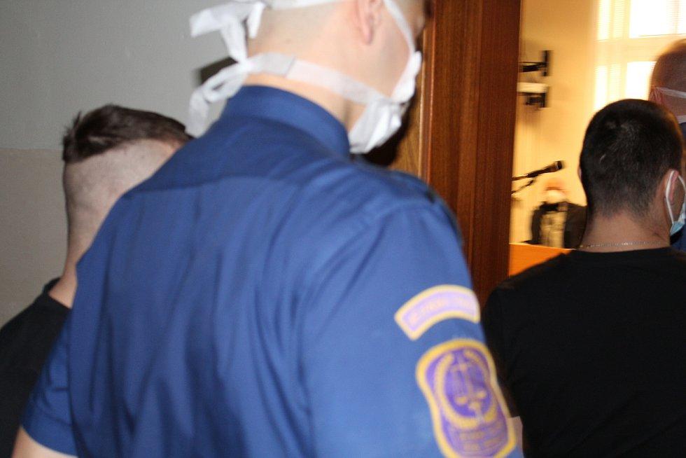 Bratři se před soudem zodpovídají z pokusu o vraždu.