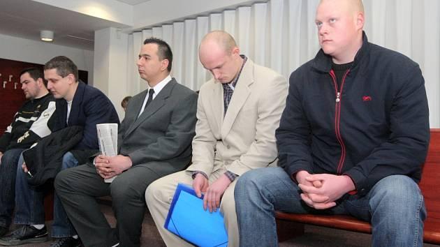 Při březnovém zahájení hlavního líčení přišli někteří z obžalovaných k soudu v oblecích a kravatách.