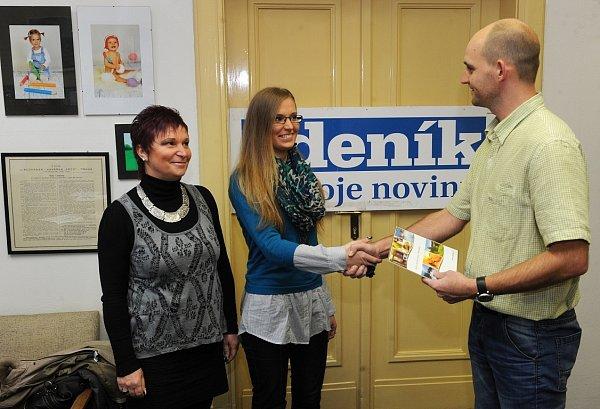 Šéfredaktor Deníku Martin Pleva předává Žanetě Liché výhru.