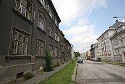 Jubilejní kolonii považují lidé z Ostravy-Jihu za perlu městského obvodu. Obyvatelé jednoho z domů, který neprošel rekonstrukcí, jsou však nešťastní.