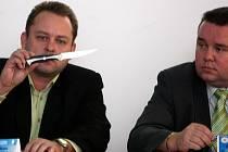 Šéf odboru násilné kriminality v Ostravě Radim Bena ukazuje nůž, kterým lupič vyhrožoval.