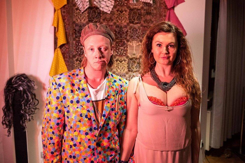Lada Bělášková společně s hereckým kolegou Štěpánem Kozubem, se kterým se setkává v Divadle Mír.