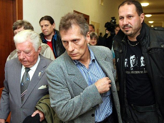 Bývalý příslušník Bezpečnostní informační služby Vladimír Hučín (v popředí) se svými příznivci.